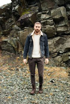 How to Wear Chinos: Everything You Need to Know Brown Chinos, White Chinos, Skinny Chinos, Slim Fit Chinos, Brown Pants, Outfit Online, Leder Boots, Dark Blue Shirt, Moda Masculina