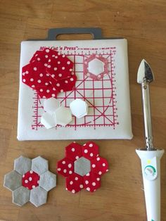 Use mini iron and board. English Paper Piecing, Freezer Paper, Hexie Sewing Tip. Quilting Templates, Quilting Tutorials, Quilting Projects, Quilting Designs, Quilt Patterns, Sewing Projects, Paper Peicing Patterns, Freezer Paper, Foundation Paper Piecing