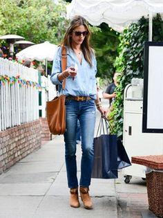 ゆったりめのブルーシャツに、色味の違うデニムを合わせたコーデ *ダンガリー春夏ファッション*