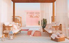 Las terrazas se tiñen de rosa! #WelcomeToPalmSpringsHisbalit 💗🌴🌞  La interiorista @flaminia_pacciani se enamoró de nuestra referencia COACHELLA. Palm Springs, Coachella, Mosaic Floors, Terraces, Floor Chair, Flooring, Furniture, Design, Home Decor