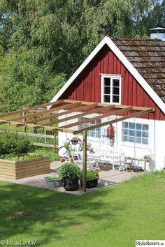 I vår har vi anlagt en köksträdgård intill vårt hönshus här på gården! Jag har länge önskat mig en plats att kunna odla på men även ha krukor o byttor med blommor! Vi grävde bort en bit av gräsmattan, la matta o grus o så byggde vi en pergola med armeringsnät som tak! Tanken är att någon grön växt ska slingra i det rostiga nätet..