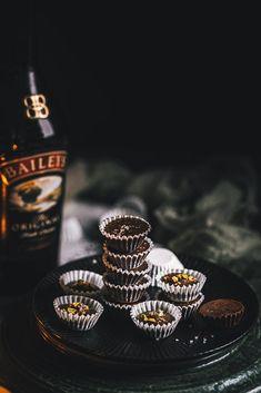 Šuhajdy netreba piecť, skladajú sa len zo zopár ingrediencií a dokážete ich krásne ozvláštniť pridaním vášho obľúbeného likéru. Sweet Recipes, Class Ring, Food Photography, Candy, Baking, Chocolates, Pastries, Baked Goods, Cookies