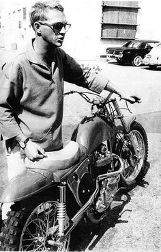 Steve McQueen with his Desert Racer I know I know. McQueen was way bigger in the later decades, but I'm not creating a whole new board just for him! Triumph Motorcycles, Vintage Motorcycles, Triumph Scrambler, Steeve Mcqueen, Harley Davidson, Cinema, Cool Bikes, Belle Photo, Bruce Lee