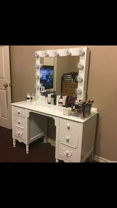 Large Hi-Gloss White, dimmer/outlet (with base $260) shipping available Layaway payments available. Fb-Vanity J IG @Vanity J