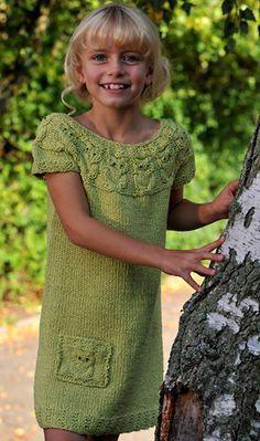 Små snoninger, drejet på den rette måde, bliver til de sødeste ugler på den sommerlige tunika, der også er fin som kort kjole