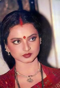 Traditional Necklaces for Women Bollywood Actress Hot Photos, Beautiful Bollywood Actress, Most Beautiful Indian Actress, Beautiful Actresses, Rekha Actress, Bollywood Stars, Bollywood Cinema, Indian Bollywood, Vintage Bollywood