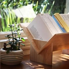Ideal for a desk or a windowsill, this portable bookshelf is designed to fit a large variety of books.