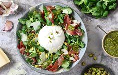 Salade met burrata, serranoham en pistachepesto Tapas, Healthy Diners, Healthy Recepies, Happy Foods, I Love Food, Soul Food, Italian Recipes, Food Inspiration, Latte