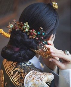 Traditional Korean accessories shared by Kim Traditional Hairstyle, Korean Traditional Dress, Traditional Fashion, Traditional Dresses, Korean Hanbok, Korean Dress, Korean Outfits, Korean Accessories, Hair Accessories