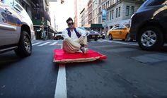 """Para o último halloween, o youtuber Jesse Wellens se vestiu de Aladdin e resolveu modificar seu skate elétrico em um """"tapete mágico"""" para surpreender as pessoas pelas ruas da cidade. Veja só a reação:"""