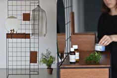 Przedstawiamy Wam toaletkę autorstwa młodej, polskiej projektantki Magdy Gordziewicz. Głównym założeniem projektowym toaletki był komfort użytkownika, uwzględniający jego potrzeby i sposób eksploatacji mebla. Obiekt zawiera w sobie uniwersalną formułę, którą determinują warunki fizyczne człowieka. D