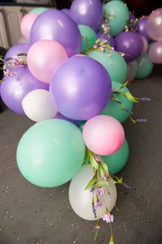 Create a show-stopping balloon garland in 5 easy steps - Food, Flowers, and Festivities Balloon Flowers, Balloon Arch, Balloon Garland, Diy Garland, Balloon Decorations, Birthday Party Decorations, Baby Shower Decorations, Small Balloons, Purple Balloons