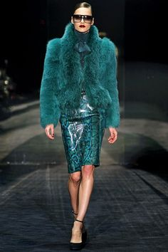 Date: Note: turquoise outfit, snakeskin fitted skirt with a fur jacket. Extravagant and elegant look. Perfect for an special occasion. Fur Fashion, Look Fashion, Couture Fashion, Runway Fashion, High Fashion, Fashion Show, Womens Fashion, Fashion Trends, Fashion Wear