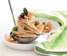 Spaghetti di riso integrale con salmone, fave e noci