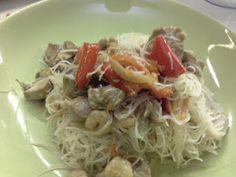 cucina di casa: spaghetti di riso con pollo, gamberetti e verdure