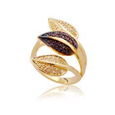Anel folheado a ouro gravejado de pedras de zircônia