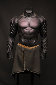 Batman-like leather armor. Suit Of Armor, Body Armor, Fantasy Armor, Fantasy Weapons, Medieval Combat, Medieval Armor, Character Inspiration, Character Design, Creative Inspiration