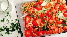 Lyst på en litt annerledes tomatsuppe? Prøv å bake tomater og kikerter i ovnen først! Mettende, kjempesunt og kjempegodt.