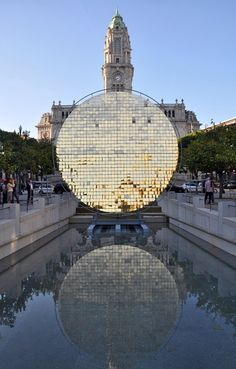 Inspired by São João popular cascades and by the wheel of the traditional water mills, Portuguese-Italian collective Moradavaga conceived an interactive installation made of hundreds of little golden moving plates.