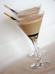 CÓCTEL VALENCIANO. INGREDIENTES: 3/6 de horchata, 2/6 de turrón de Jijona, 1/6 de licor de café, caramelo, corteza de naranja y galleta con chocolate. ELABORACIÓN: Cubrir el fondo de la copa con el caramelo y enfriar en nevera. Calentar en un cazo el licor de café y flambear (para eliminar el alcohol). Dejar enfriar y reservar. En la coctelera, batir la horchata, el turrón y el licor de café con hielo. Verter el cóctel en la copa, espolvorear la ralladura de naranja, y decorar con la…