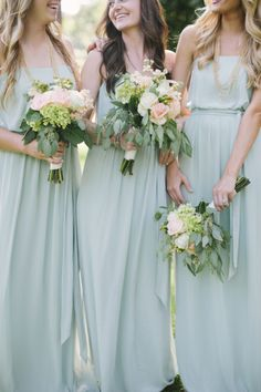 flowy mint gowns and relaxed waves + lush bouquets = bridesmaid perfection! | Classic Mint and Peach Wedding | photo by Leslie Hollingsworth | Oh Lovely Day