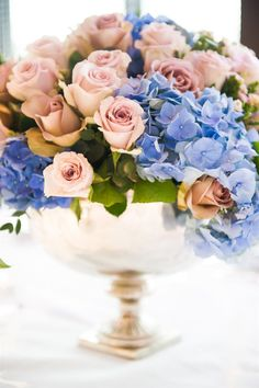 Don't periwinkle blue and blush pink go together marvelously in this @Mandy Bryant Dewey Seasons Hotel London at Park Lane floral arrangement?