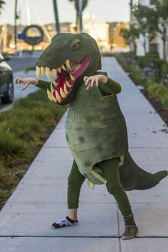 Halloween is fast approaching. Have you got your costume ready yet? If not, we've put together a photographic list of people who took Halloween costumes to the next level. T Rex Halloween Costume, Dinosaur Halloween Costume, T Rex Costume, Homemade Halloween Costumes, Creative Halloween Costumes, Halloween Fun, Dragon Costume, Halloween Couples, Family Halloween