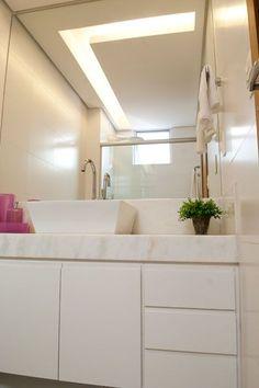 ILUMINAÇÃO - O banheiro deve ser um local bem iluminado, e para garantir esse resultado alguns itens são essenciais no projeto, como pontos de luz na bancada e lâmpadas centras no teto. É importante que esta iluminação seja focada e intensa. Luminárias com lâmpadas fluorescente ou de LED (mais econômica) são uma boa opção na hora de decorar seu banheiro. .............Foto: Projeto de Iluminação das designers de interiores da VS Design, Fabiana Visacro e Laura Santos.