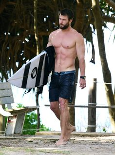 Pin for Later: Chris Hemsworth Shows Off Shirtless Superhero Muscles After a Surf Session With His Dad Liam Hemsworth, Chris Hemsworth Sem Camisa, Chris Hemsworth Shirtless, Hemsworth Brothers, Shirtless Men, Chris Hemsworth Body, Chris Hemsworth Workout, Bodybuilder, Fitness Gym
