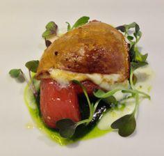 Mozzarella ahumada con tomates marinados y pesto