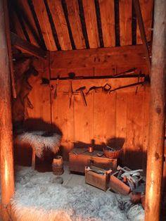 Islande-3) ERIK LE ROUGE: L'HISTOIRE DE CETTE FAMILLE D'EXPLORATEURS: PORVALDR ASVALSSON, le père d'Erik le Rouge, est banni de Norvège à la suite d'un meurtre. Il s'installe au N-O de l'Islande en l'an 970. Erik est à son tour banni d'Islande pour un meurtre: il part alors pour des terres que seuls quelques Européens avaient déjà vu avant lui, et notamment GUNNBJÖRN ULFSSON, le 1° à les avoir découvertes entre 876 et 932.