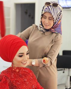 Image may contain: one or more people, hat and closeup Hijab Fashion, Fashion Dresses, Bridal Hijab, Casual Hijab Outfit, Hijab Tutorial, Muslim Women, Bun Hairstyles, Scarf Styles, Black Women