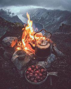 Campfire coffee time ☕ What do you prefer coffee or tea ? By Unknown # Banana Coffee, Kona Coffee, Coffee Time, Tea Time, Coffee Break, Iced Coffee, Morning Coffee, Coffee Tasting, Coffee Drinkers