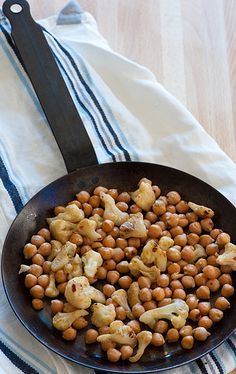 Spiced Chickpeas with Cauliflower -- simple and only 5 ingredients. #vegan #chickpeas