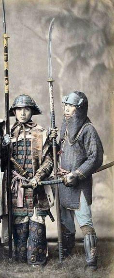 .Samurayların iki kılıcı olurdu. Uzun kılıç daito-katana, kısa kılıç shoto-wakizashi'ydi. Samuraylar çoğunlukla kılıçlarına isim (mei) verirler ve onların ruhuna inanırlardı. Çift kılıç taşıma ve kullanmaya daisho denirdi. 1605 yılında Japonya'nın gelmiş geçmiş en ünlü samurayı Miyamoto Musaşidir., savaşçı yetiştirmek için bir okul açtı. Samuray geleneği, 1876 yılında İmparator Meiji tarafından  kaldırıldı