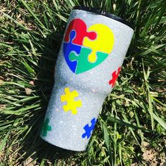 Autismus-Puzzleteil Glitter Tumbler - Mae Rose Boutique Source by tafral Glitter Projects, Glitter Crafts, Diy Projects, Puzzle Pieces, Diy Tumblers, Custom Tumblers, Mason Jar Crafts, Mason Jar Diy, Vases