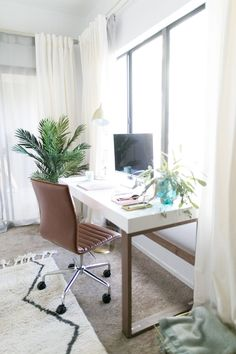 Dreamy, minimalist exotic vibes all over this desk!