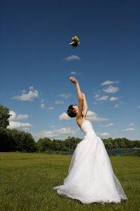 ウェディングのブーケトスの写真は結婚式の大切な思い出。記念に残したいブライダルフォトの一覧をまとめました♪