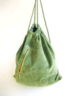 Grüner Leder Turnbeutel Rucksack // green leather gym bag by Handwerkerei via DaWanda.com Unique Bags, Simple Bags, Denim Backpack, Leather Backpack, My Bags, Purses And Bags, Postman Bag, Fabric Bags, Cotton Bag