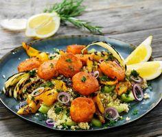 Morotsbiffar med couscous och rostade grönsaker