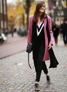 La bloguera de Style Scrapbook, Andy Torres, apuesta por un abrigo rosa chicle para contrastar un 'look' ideal de jersey tenis, pantalon ceñido y zapatos de plataforma bicolor.