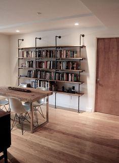 libreria fatta con  tubi idraulici