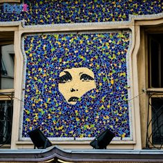Who Are You, Polly Maggoo?  Mosaico sulla facciata del Polly Maggoo Restaurant, in Rue du Petit Pont a Parigi