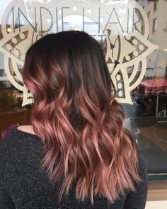 hair inspiration rose gold Rose gold ombre hair is a really big trend, and it seems to show no sign of fading away as the weather warms up. Here are some great colour combinations you can put with the stunning pinks to get that rose gold ombre hair. Cabelo Rose Gold, Cabelo Ombre Hair, Balayage Hair Rose, Rose Gold Balayage Brunettes, Gold Hair Colors, Ombre Hair Color, Rose Gold Hair Brunette, Ombre Rose Gold Hair, Rose Gold Bayalage