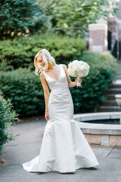 Classic trumpet style wedding dress: http://www.stylemepretty.com/2016/03/28/elegant-and-classic-summer-wedding/ | Photography: Caroline Lima - http://www.carolinelima.com/