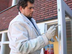 Pintor pintando puerta