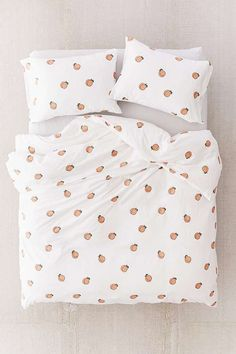 Get a good nights sleep with our range of bedroom essentials, including duvet sets, blankets, pillowcase sets, tapestries and more with Urban Outfitters. Peach Bedroom, Peach Bedding, Duvet Sets, Duvet Cover Sets, Duvet Covers Urban Outfitters, Ideas Hogar, Luxury Bedding Sets, Dream Rooms, Bedroom Decor