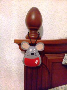 ¿Tu peque se encuentra en los años del Ratoncito Pérez? Pues no dudes en llevar a cabo esta manualidad para él. Mouse Crafts, Felt Crafts, Felt Christmas Ornaments, Christmas Crafts, Tooth Mouse, Tooth Fairy Pillow, Felt Mouse, Craft Markets, Diy Pillows