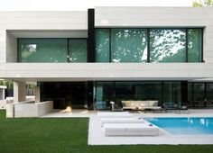 Haus mit moderner Wendeltreppe & minimalistischem Design #design #minimalistischem #moderner #wendeltreppe