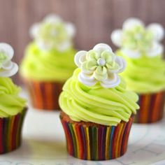 Pistachio cupcakes with lime buttercream (recipe in Spanish, translation in toolbar)